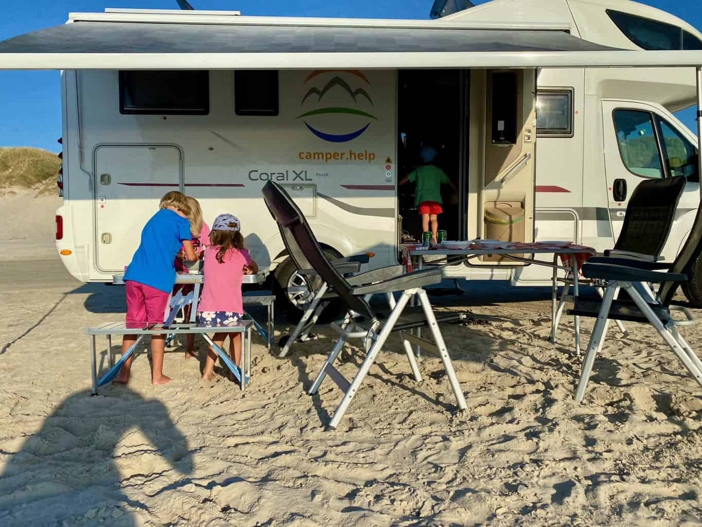 Test-Ratgeber-Top-5-Campingtisch-Flo-Sophie-Westfield-Nexos-am-Strand