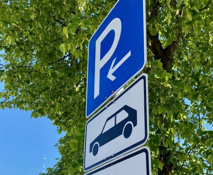 Verkehrszeichen-Nr-314-und-Zusatzschild-1048-10-Parkerlaubnis-auf-PKW_begrenzt