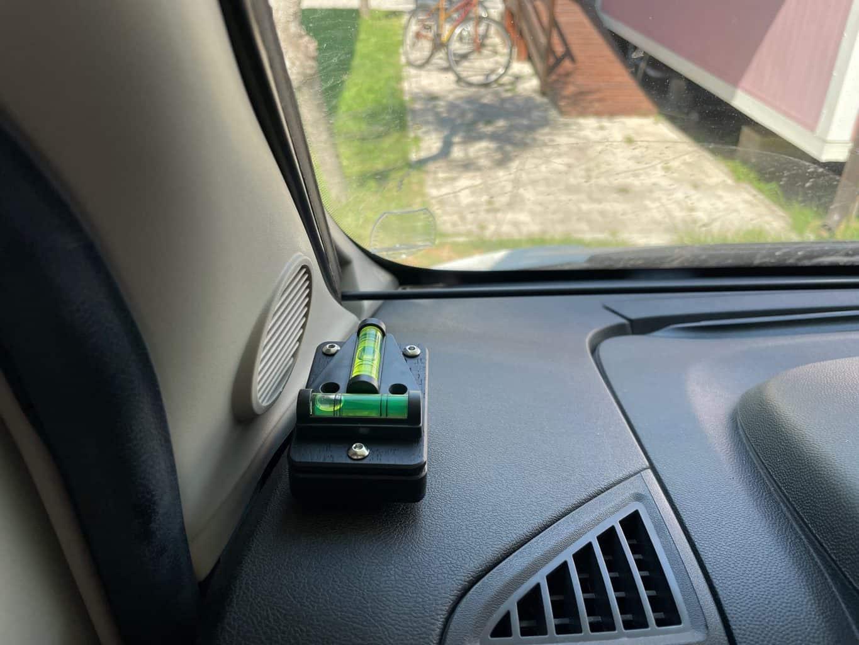 WoMoWaWa-Mini-Wasserwaage-zum-ausrichten-von-Wohnmobil-und-Wohnwagen-auf-dem-Armaturenbrett