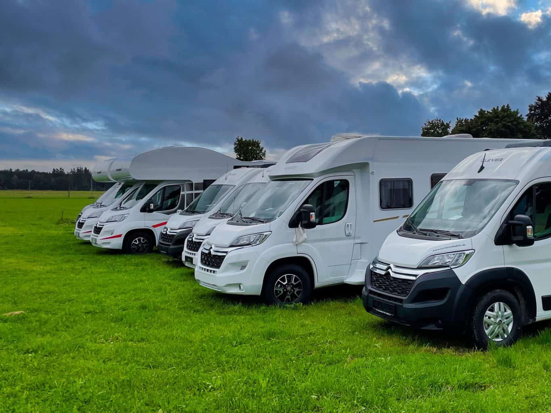 Wohnmobil-Alkoven-Kastenwagen-Campingfahrzeug-auf-der-Wiese