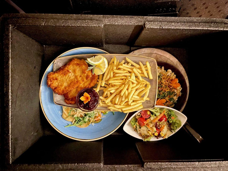 Wohnmobil-Dinner-Essen-im-mobilen-Restaurant-DER-HUFNAGEL-Warmes-knuspriges-Essen-auf-Tellern