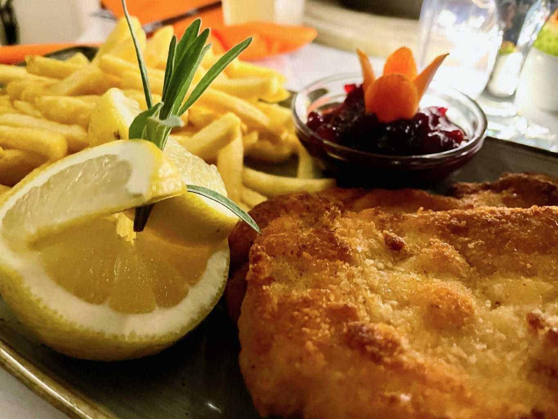 Wohnmobil-Dinner-Essen-im-mobilen-Restaurant-DER-HUFNAGEL-knuspriges-Schnitzel-Pommes-Preiselbeeren