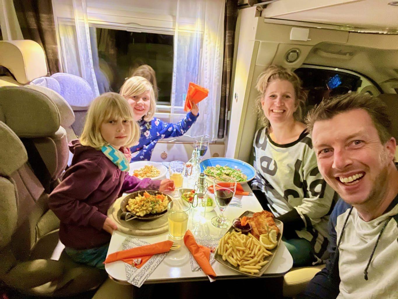 Wohnmobil-Dinner-Essen-im-mobilen-Restaurant-DER-HUFNAGEL-mit-der-Familie-geniessen