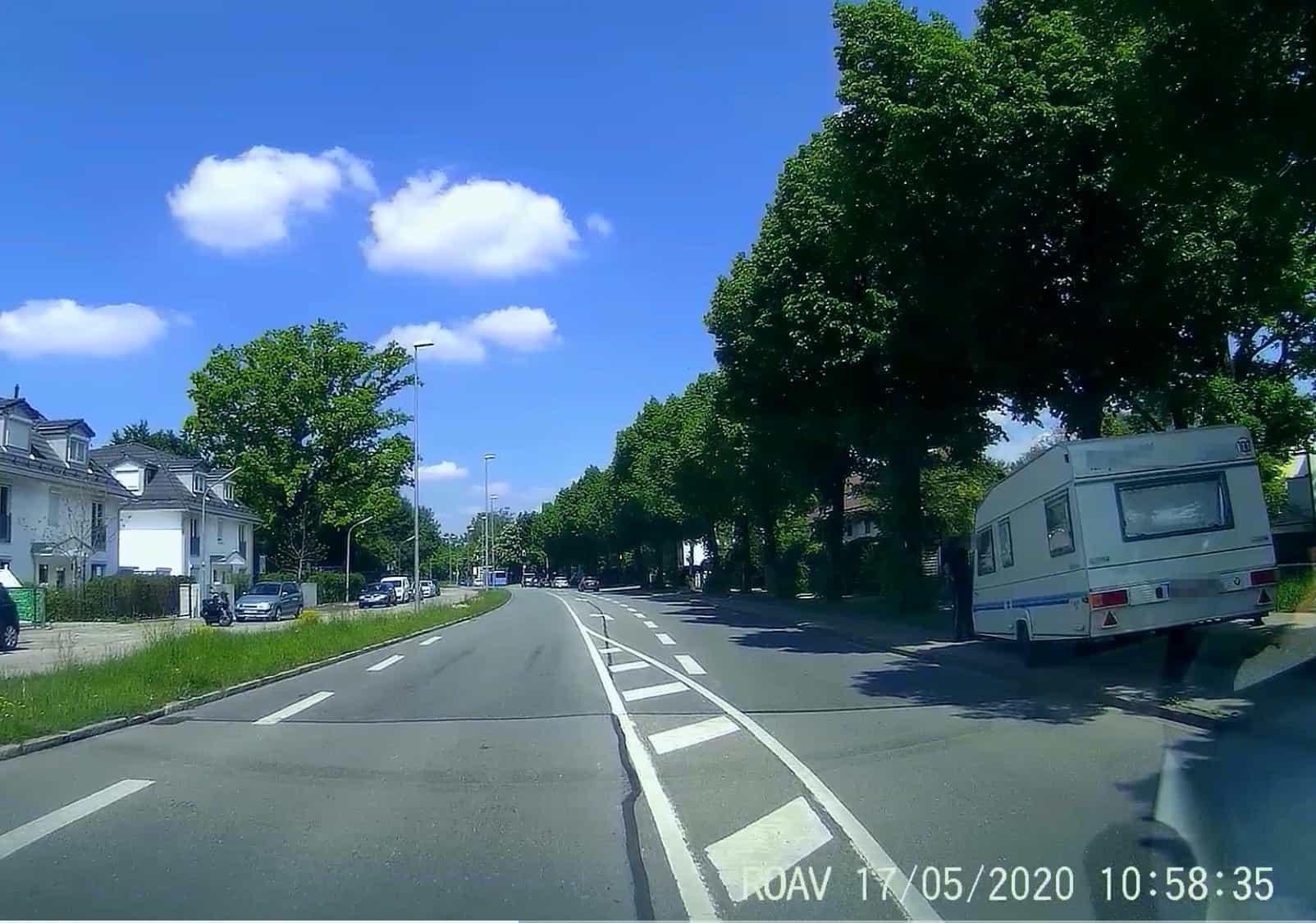 Wohnwagen-Anhänger-Crash-gegen-Baum