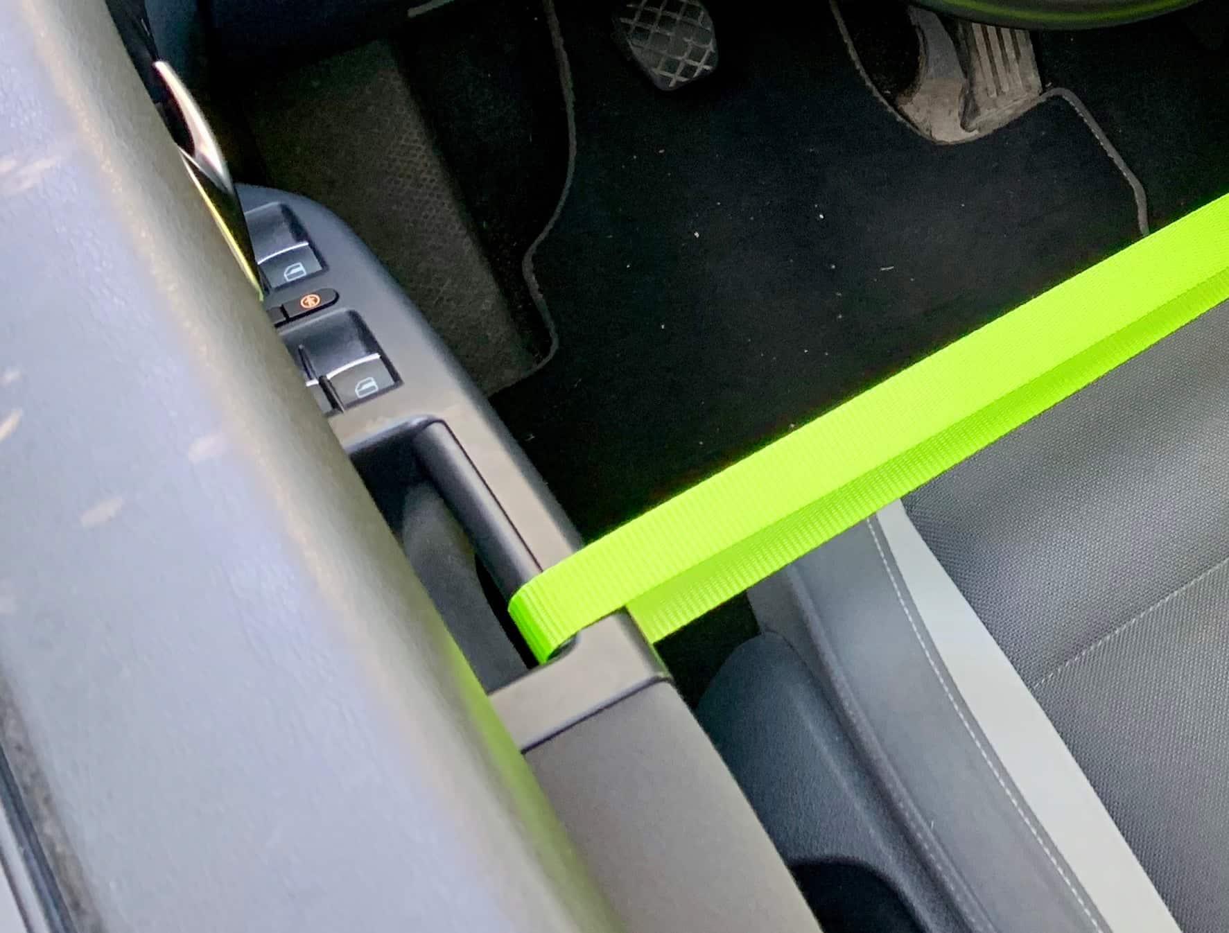 Zurrgurt_Neon_Touran_Fahrertür_Beifahrertür_verbinden_Detail_Türgriff