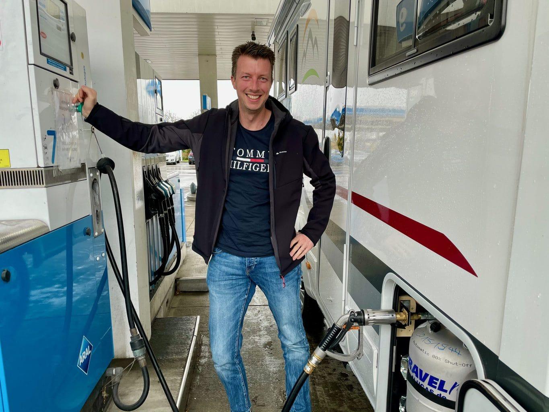 camper-help-Wohnmobil-beim-LPG-tanken-Wintergas