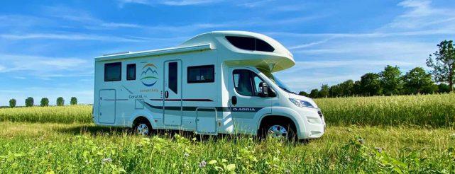 camper-help-wohnmobil-feld-blumenwiese-schönes-wetter1
