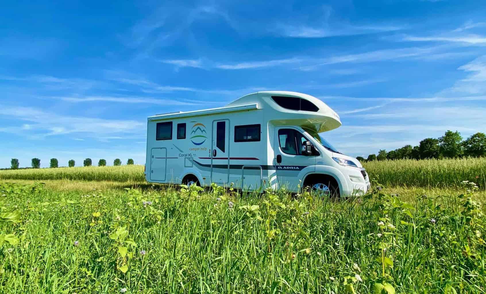 camper-help-wohnmobil-feld-blumenwiese-schönes-wetter2