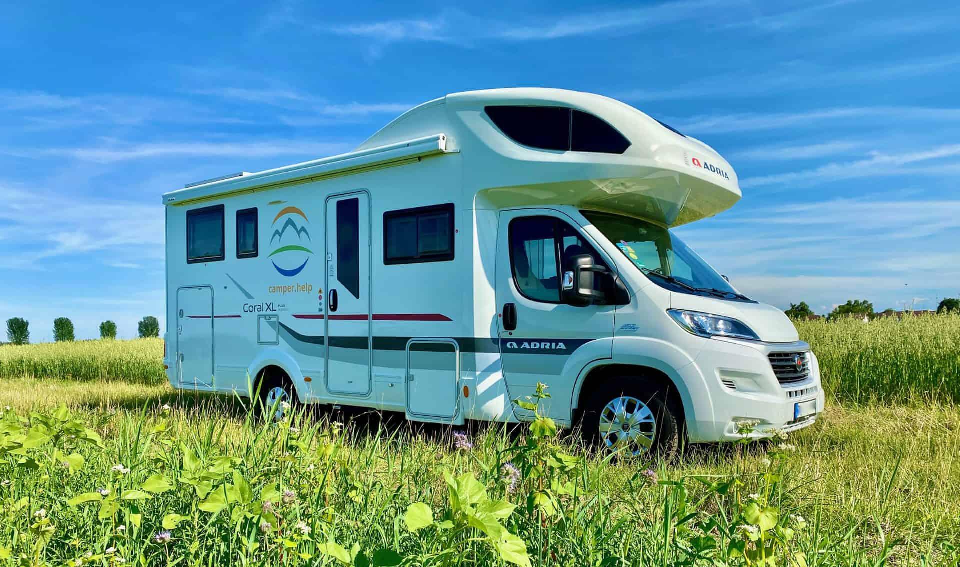 camper-help-wohnmobil-feld-blumenwiese-schönes-wetter3